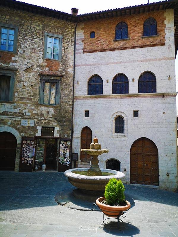 Piazza del Bargello e Fontana dei Matti Gubbio