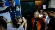 Eggi Sudjana saat digiring dari Rutan ke ruang penyidik Ditreskrimum Polda Metro. (Suara.com/Arga).