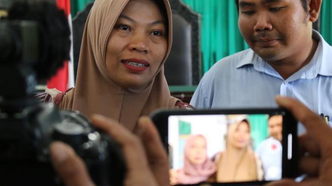 Terpidana kasus pelanggaran UU ITE Baiq Nuril menjawab sejumlah pertanyaan wartawan usai menjalani sidang perdana pemeriksaan berkas memori PK di Pengadilan Negeri Mataram, NTB. (Ist)