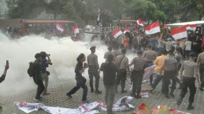 Demo di depan Gedung KPK. (Antara)