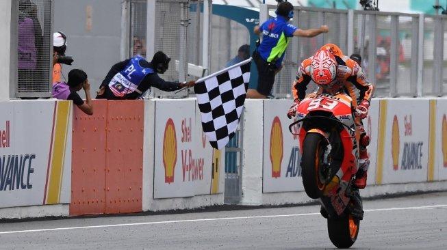 Pebalap Repsol Honda, Marc Marquez, melintasi garis finis pertama pada balapan MotoGP Malaysia 2018 di Sirkuit Sepang, Minggu (4/11). [AFP/Mohd Rasfan]