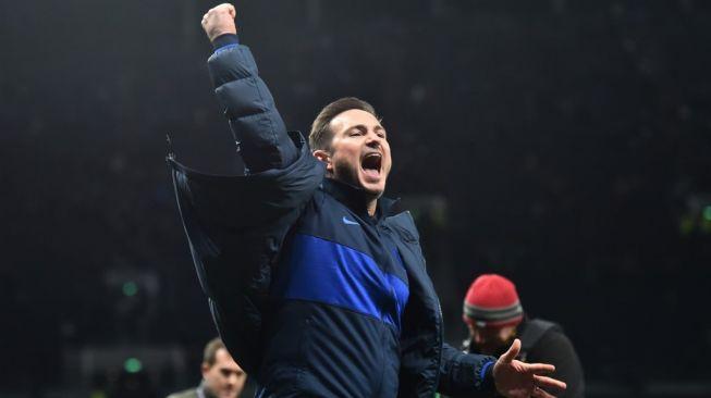 Ekspresi kegembiraan manajer Chelsea, Frank Lampard usai memenangi laga Liga Inggris 2019/2020 kontra Tottenham Hotspur di Tottenham Hotspur Stadium, London, Senin (23/12/2019) dini hari WIB. [Glyn KIRK / IKIMAGES / AFP]