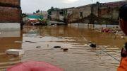 Kawasan Cipinang Melayu, Jakarta Timur menjadi kawasan terparah terdampak banjir DKI Jakarta, Rabu (1/1/2020). Bahkan, ketinggian air mencapai atap rumah. [Suara.com/Yosea Arga Pramudita]