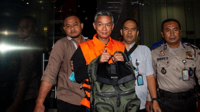 Komisioner KPU Wahyu Setiawan mengenakan rompi tahanan usai menjalani pemeriksaan di gedung KPK, Jakarta, Jumat (10/1) dini hari.[Antara Foto]