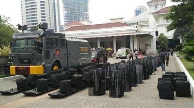 Ilustrasi penjagaan polisi di depan Balai Kota DKI Jakarta. [Suara.com/ Dwi Bowo Raharjo]