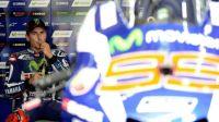 Jorge Lorenzo berada di paddock Yamaha saat sesi latihan bebas ketiga MotoGP Malaysia di Sirkuit Sepang, Sabtu (29/10/2016). [AFP/Manan Vatsyayana]
