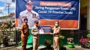 Bupati Batang Hari, Ir. Syahirsah,Sy saat terima Bantuan jaring pengaman sosial (JPS). Foto: Rizki/jambiseru.com