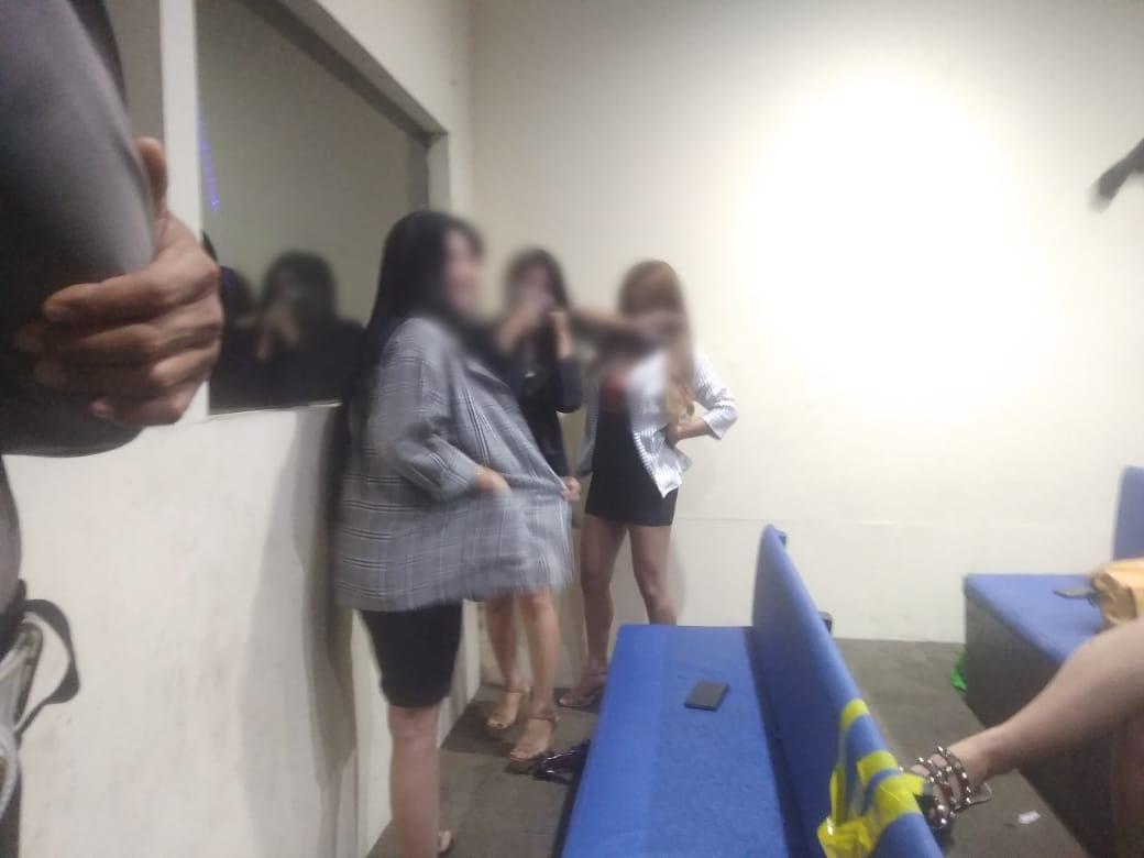 Para pengunjung terkena razia di tempat hiburan malam. Foto: Yogi/Jambiseru.com