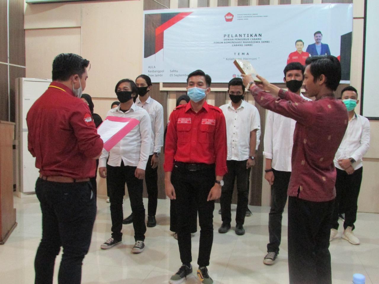 Pengambilan Sumpah Doli Akbar Silalahi selaku Ketua Umum DPC FKMJ terpilih. Foto: Yogi/Jambiseru.com