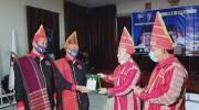 Calon Gubernur Jambi, Al Haris saat terima cinderamata dari Forum Rembuk Batak Jambi. Foto: Jambiseru.com