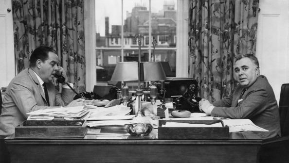 Albert R. Broccoli e seu parceiro Harry Saltzman no escritório da EON Productions em 1965 © Foto: Paul Popper / Getty Images