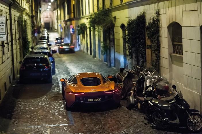 Aston Martin DB10 e Jaguar C-X75 em perseguição pelas ruas de Roma © Sony Pictures / JLR