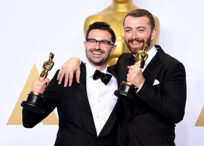 """Sam Smith e Jimmy Napes com o Oscar pela música-tema de """"007 Contra SPECTRE"""" © Getty Images"""
