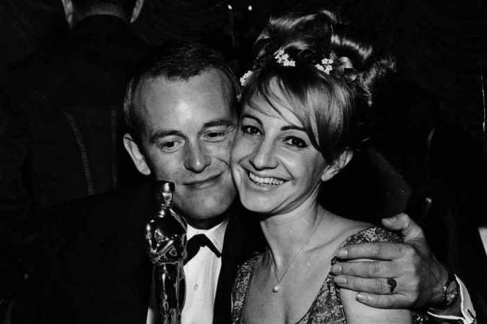 """Norman Wanstall com o Oscar recebido pelos Efeitos Sonoros de """"007 Contra Goldfinger"""" Ⓒ WireImage"""