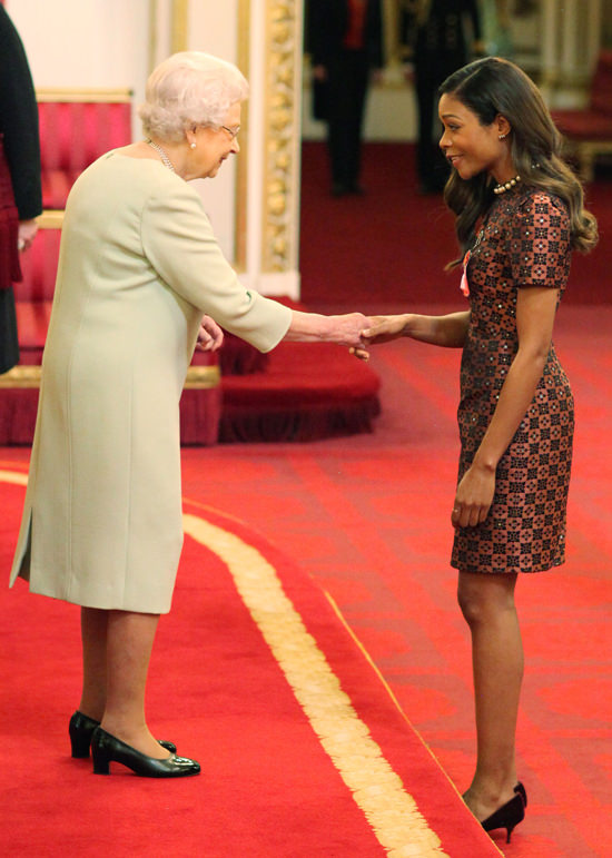 Naomie Harris recece o OBE da Rainha Elizabeth II © Getty Images