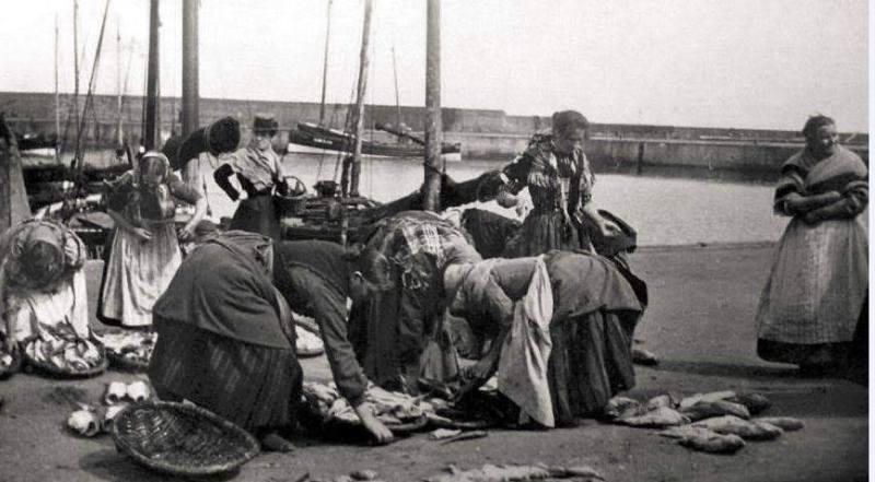Ladies-preparing-fish-port-seton-harbour