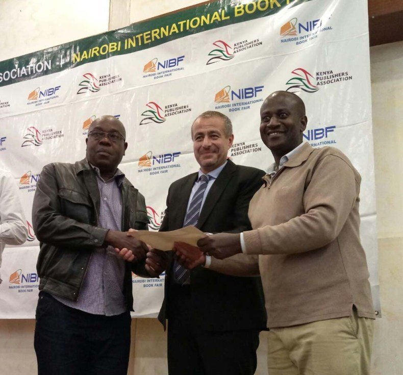 Egyptian ambassador to Kenya Khaled Al-Abyad hands out prize to Mwenda Mbatiah