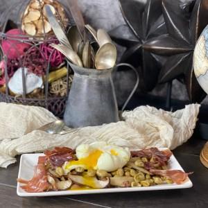 Baby Broad beans shitake ham poached eggs | Jamones Sin Fronteras