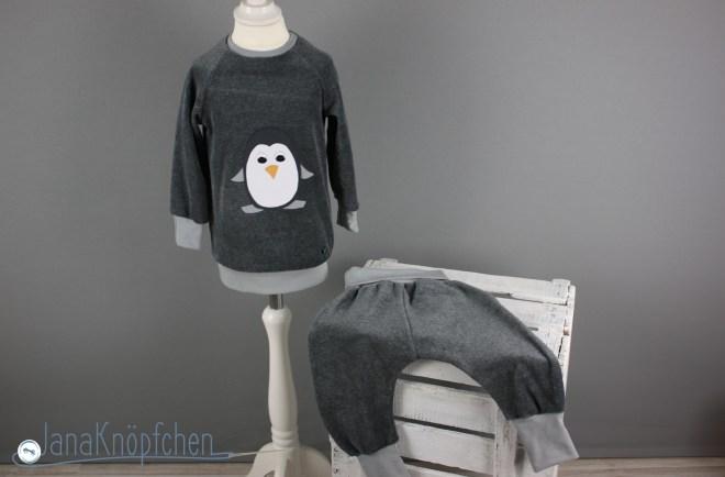 Upcycling Schlafanzug mit Pinguin Applikation als Upcyclingprojekt aus einer aussortierten Samthose. JanaKnöpfchen. Nähblog - Nähen für Jungs
