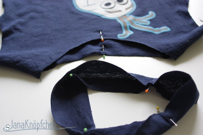 Tutorial upcycling t-shirt aus groß nähe klein. Halsbund an Ausschnitt stecken. JanaKnöpfchen Nähen für Jungs