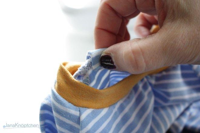 Tutorial Halsausschnitt versäubern - Streifen umschlagen Schritt 3. JanaKnöpfchen - Nähen für Jungs