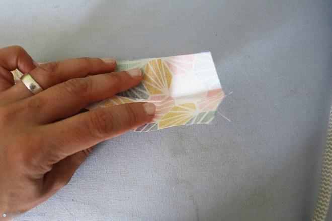 Verschlussbändchen mittig bügeln. JanaKnöpfchen - Nähen für Jungs
