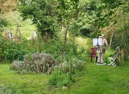 Deelneemster aan het schilderen in de tuin tijdens schildercursus in Frankrijk