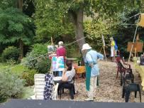 Deelnemers op het terras tijdens schildercursus in Frankrijk
