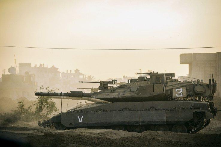 Le système Trophy est installé sur un Merkava Mk 4 lors de l'opération `` Bordure protectrice '' dans la bande de Gaza en 2014 (Crédit: Forces de défense israéliennes)