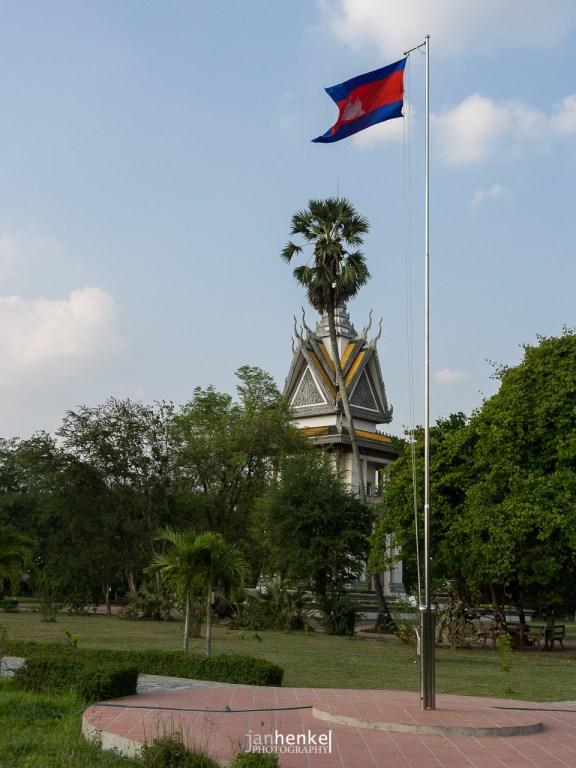 Gedenkstätte Choeung Ek - Im Hintergrund der Schrein mit den Gebeinen aus allen Ausgrabungen