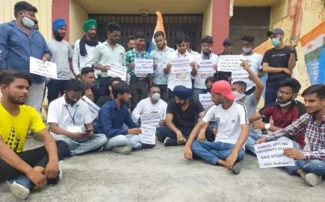 Rudrapur: NSUI stage a protest against the offline examination