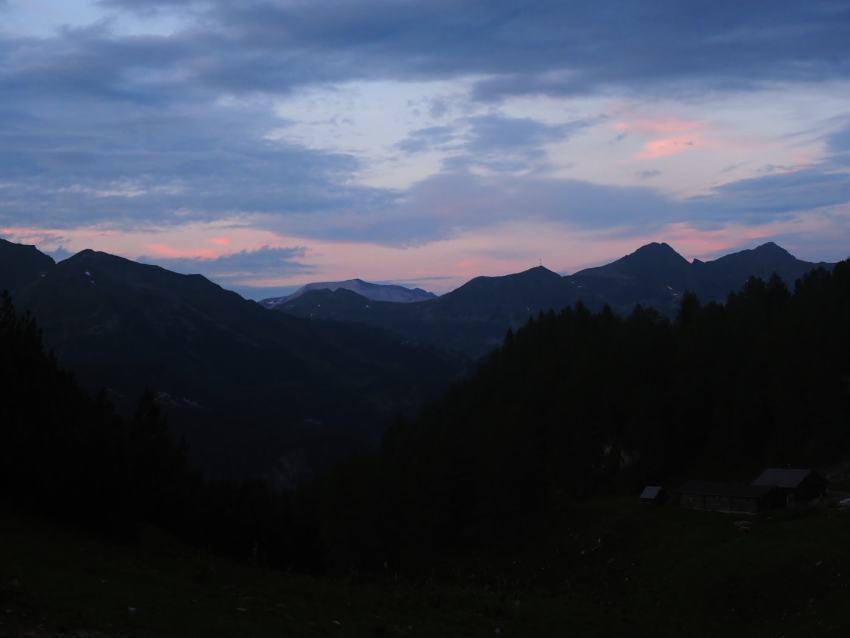 Zonsondergang tijdens huttentocht in het Salzburger Land in Oostenrijk