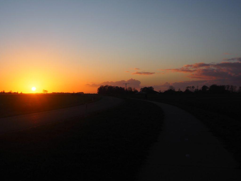 Fietsen in Friesland bij zonsondergang