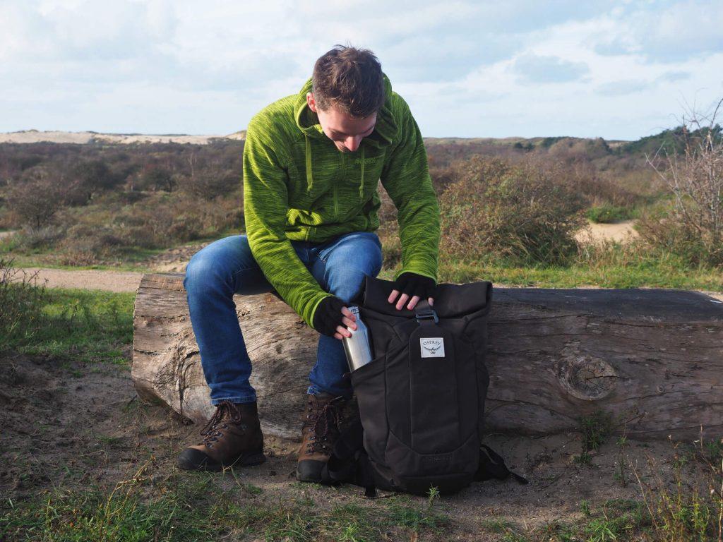 Wandelaar haalt thermosfles uit de wandelrugzak Osprey Archeon 25 voor mannen
