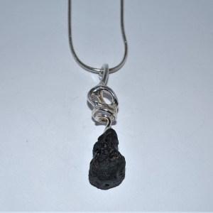 999s Vedhæng med dråbeformet sort mat lava.