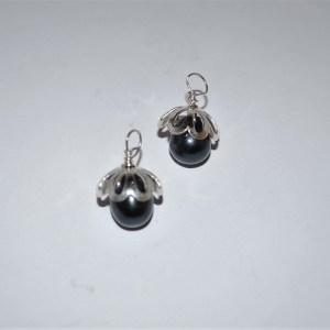 """Vedhæng sort ferskvandsperle med """"klokke"""" af sølv"""