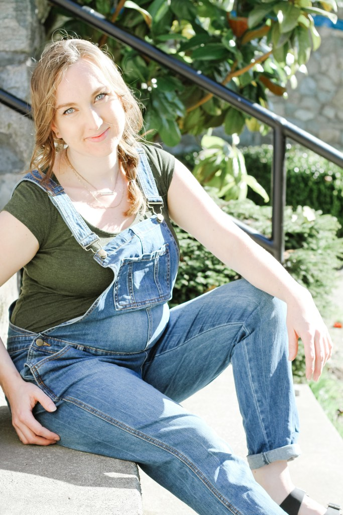 Maternity overalls are the best investment you can make for your pregnancy wardrobe. Check out these 7 tips for a successful shopping trip so you can feel good in your clothes again. #MaternityStyle #MaternityOutfit #MaternityFashion #PregnancyStyle