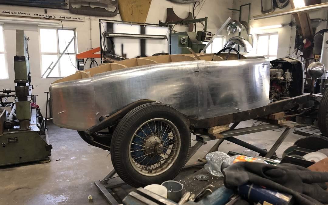 Aluminium plaatwerk om de mal maken voor de Riley 12/4.