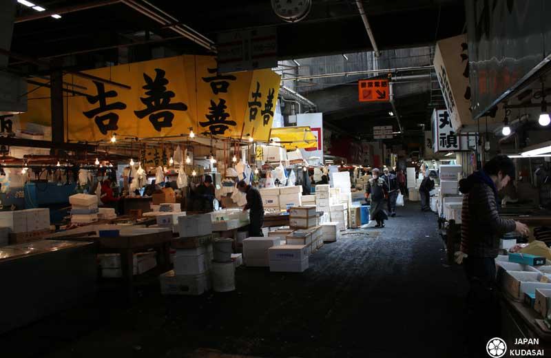 Les marchands à Tsukiji sont sur les stands.
