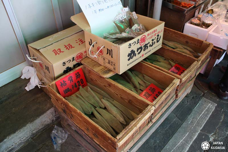 Aux abords du marché de Tsukiji, des vendeurs proposents de la bonite séchée