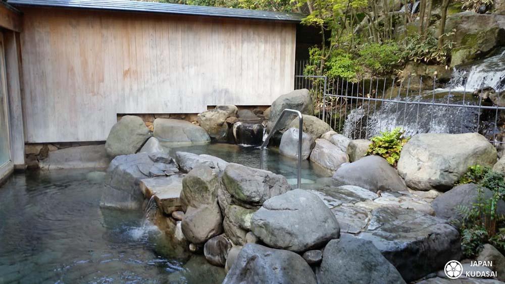 Kinosaki onsen est une ville thermale réputée pour ses onsens. Japan kudasai vous emmène à la découvert de ces sources chaudes au milieu du canalm central de la ville et des sakura, cerisiers en fleurs.
