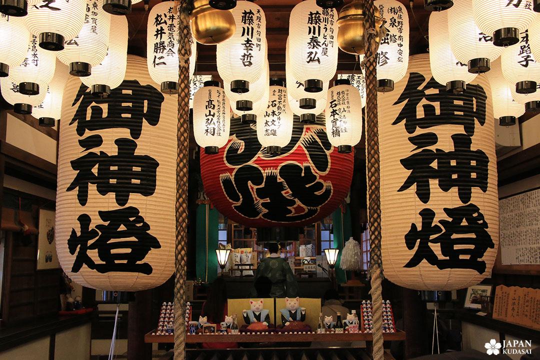 lanterne papier washi japonais au sanctuaire sumiyoshi au sud d'osaka