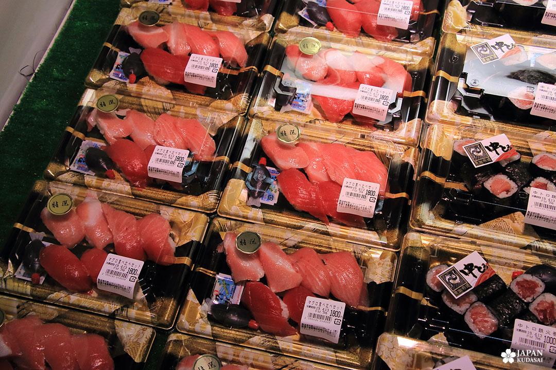 espace de vente de sushi au kuroshio market - saumon, dorade, thon rouge