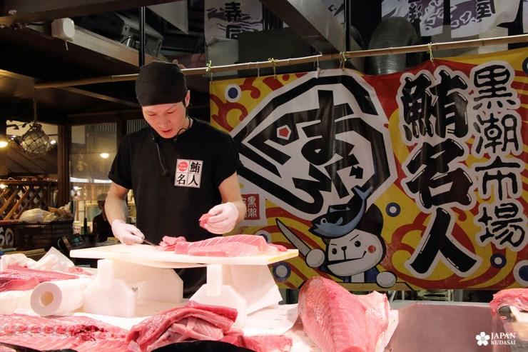 Découpe de thon rouge en live au marché kuroshio de wakayama