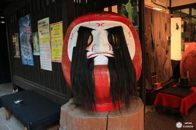 figurine mystique daruma cheveux noirs dans les yeux kyoto