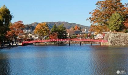 pont rouge traversant les douves