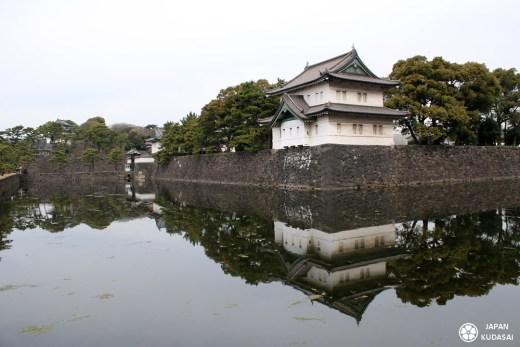 Je vous emmène visiter le jardin impérial de Tokyo (Imperial East Garden) de Tokyo au Japon avec mon blog voyage Japan kudasai ! Entre ville et building modernes, sakuras et jardins zen, le palais de l'empereur est un jardin japonais splendide.