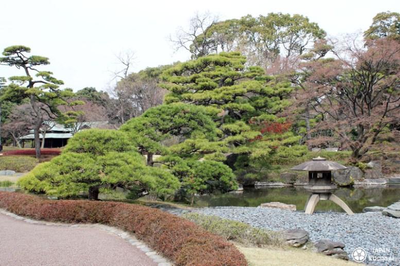 Je vous emmène visiter le jardin impérial de Tokyo (Imperial East Garden) de Tokyo au Japon avec mon blog voyage Japan kudasai ! Entre ville et buildong modernes, sakuras et jardins zen, le palais de l'empereur est un jardin japonais splendide.