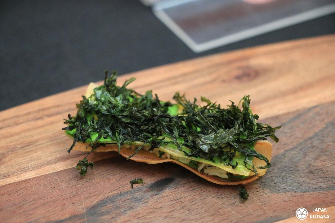 mille-feuilles de konjac (manioc) avec une couche de chair de tourteau et une autre d'algues nori, rehaussées d'un filet d'huile d'olive.