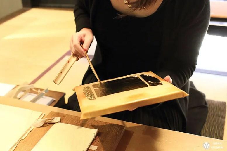 Manipulation feuille d'or de kanazawa par un professeur artisanal